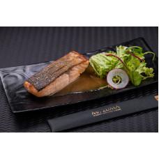 Обпалений лосось із соєво-імбирним соусом і салатом фрізе
