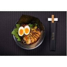 Суп рамен з яйцем, копченою свининою та яєчною локшиною