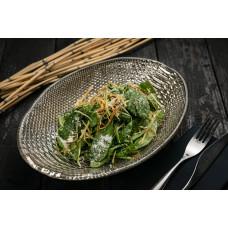 Салат із бебі шпинату з хрусткою цибулею-пореєм і юзу-трюфельним соусом