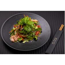 Салат з татакi лососем під соусом халапеньйо з зеленим листям
